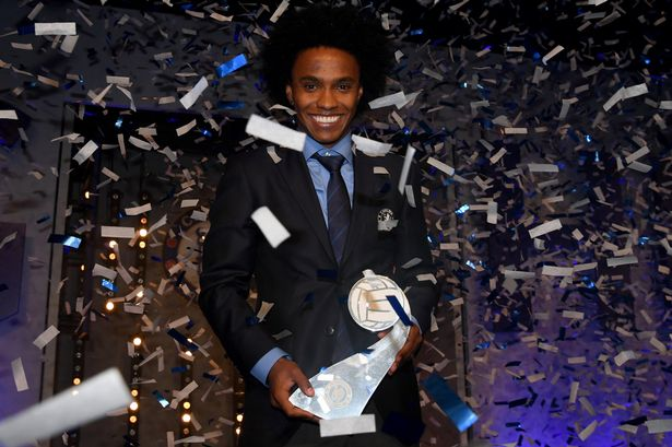 pay-willian-with-his-player-of-the-year-award